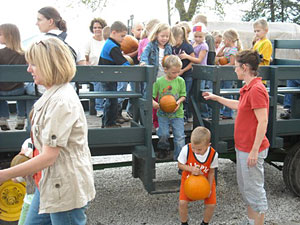 School field trips to Howell's Pumpkin Patch in Cummings, Iowa are fun and educational.